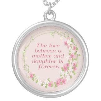 Amor entre una madre y un collar de la hija