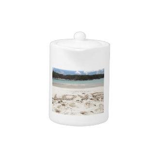AMOR escrito en la arena en la laguna azul