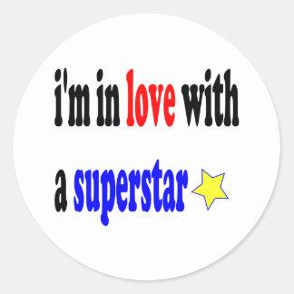 Amor estupendo de la estrella pegatinas redondas