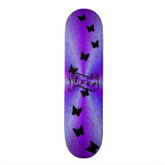Amor femenino del monopatín en el arco iris con la skateboards