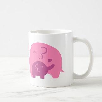 Amor lindo de los padres del elefante y de la mamá taza de café