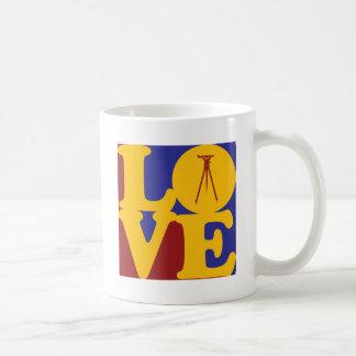 Amor que examina taza