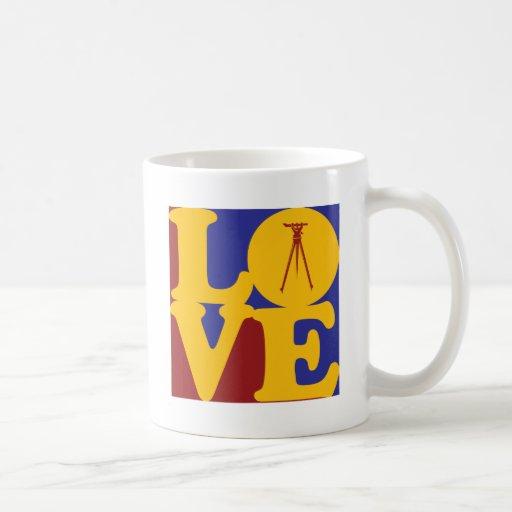 Amor que examina tazas de café