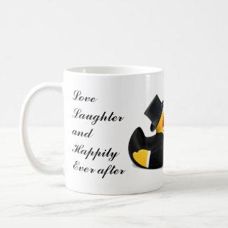 Amor, risa y feliz nunca después - de regalo de taza básica blanca