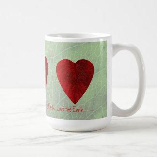 Amor rojo de la hoja la taza de la tierra
