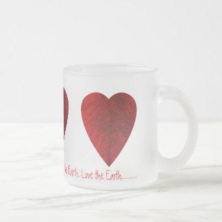 Amor rojo de la hoja la taza helada tierra