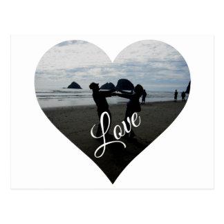 Amor (silueta de amantes jovenes en la playa) tarjeta postal