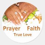 Amor verdadero de la fe del rezo etiqueta redonda