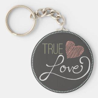Amor verdadero escrito en corazón de la pizarra llavero redondo tipo pin