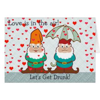 Amor y gnomo bebido gruñón tarjeta de felicitación