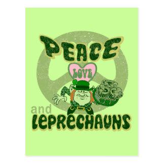 Amor y Leprechauns de la paz Tarjetas Postales