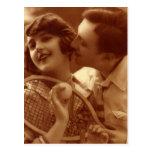 Amor y romance, par del vintage del tenis de los d tarjeta postal