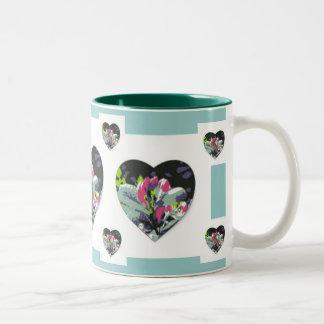 Amores y taza de la bebida de las flores