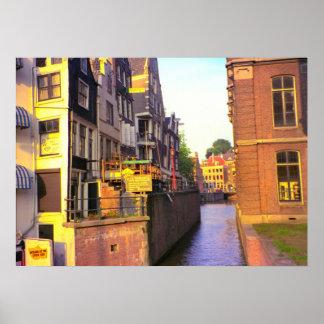 Amsterdam, canales y edificios altos póster