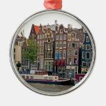 Amsterdam, casas en el canal adorno redondo plateado