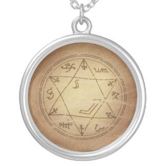 Amuleto mágico para los encantos acertados de la m pendiente