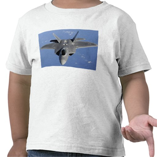 An F-22 Raptor moves into position to receive f 2 Tees