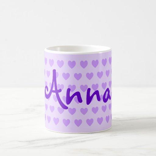 Ana en púrpura taza de café