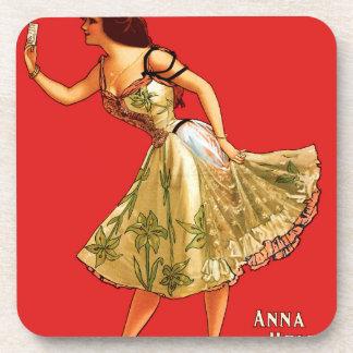 Ana se sostuvo posavasos de bebidas