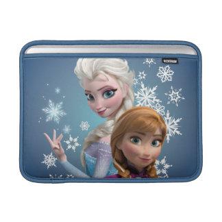 Ana y Elsa con los copos de nieve Funda Para Macbook Air