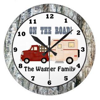 Añada el reloj de pared conocido del campista que