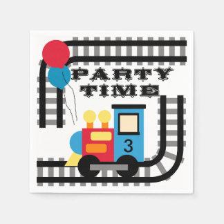 Añada las servilletas de papel del cumpleaños del
