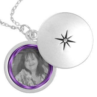 Añada su capítulo de la púrpura de la foto collar plateado