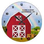 Añada su nombre al granero rojo con el cielo azul relojes