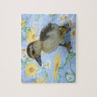 anadón del bebé en el fondo florecido dejado rompecabeza con fotos