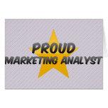 Analista de márketing orgulloso felicitaciones