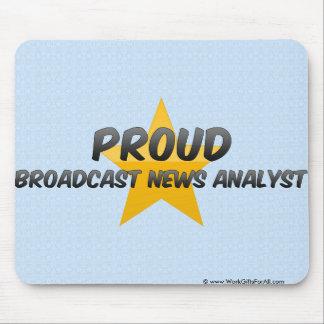 Analista de noticias orgulloso de la difusión alfombrillas de ratones