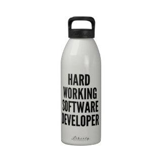 Analista de programas informáticos de trabajo duro botallas de agua
