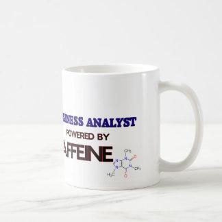 Analista del negocio accionado por el cafeína taza