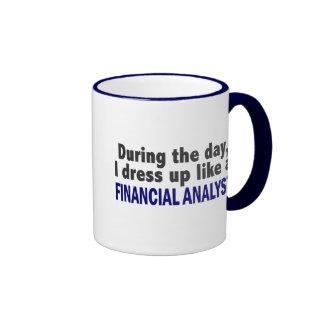 Analista financiero durante el día tazas