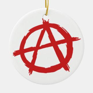 Anarquista rojo un logotipo de la anarquía del adorno navideño redondo de cerámica