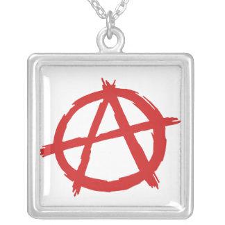Anarquista rojo un logotipo de la anarquía del collar plateado