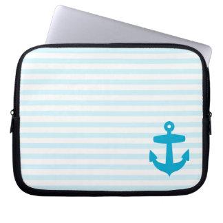 Ancla azul y rayas azules claras del marinero fundas computadoras