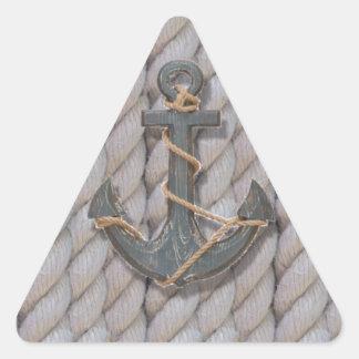 ancla de madera de la playa de la marina de guerra pegatina triangular