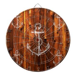Ancla del vintage en tableros de madera oscuros tablero dardos