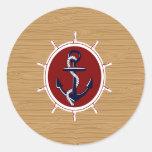 Ancla náutica de las ruedas de las naves en el etiqueta redonda