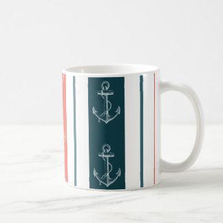Ancla náutica del vintage en modelo de las rayas taza