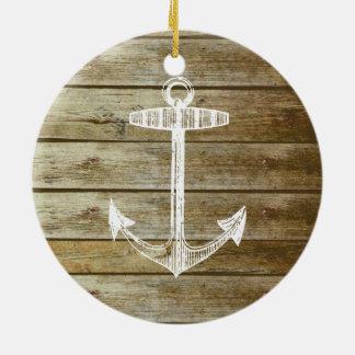 Ancla náutica en el gráfico de madera adorno redondo de cerámica