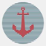 Ancla náutica roja en fondo azul rayado pegatina redonda