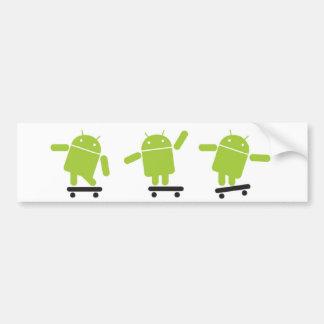 Androide que anda en monopatín etiqueta de parachoque