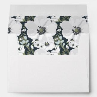 Anémona floral blanca alineada casando el sobre