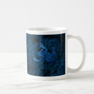 Anfibio teñido azul del musgo de la rana arbórea taza