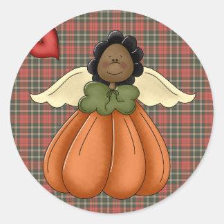 ángel afroamericano de la calabaza pegatina redonda