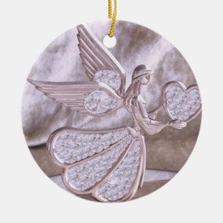 Ángel con el corazón con el ornamento del corazón adorno navideño redondo de cerámica