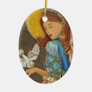 Ángel con el ornamento del navidad de la paloma adorno navideño ovalado de cerámica