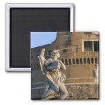 Ángel con el Superscription delante del Castel Imán Cuadrado